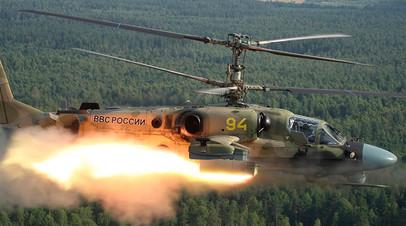 Разведывательно-ударный вертолёт Ка-52 совершает пуск ракеты