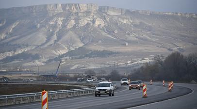 Автомобильное движение на участке трассы «Таврида» в Крыму