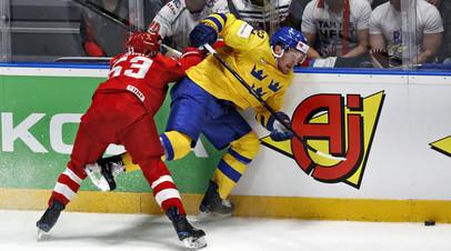 Хоккеист сборной России Евгений Дадонов и игрок команды Швеции Габриэль Ландескуг