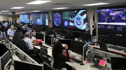 Сотрудники Министерства внутренней безопасности США ведут наблюдение в Национальном центре интеграции кибербезопасности и связи