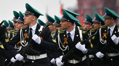 Курсанты Московского пограничного института федеральной службы безопасности РФ на военном параде на Красной площади