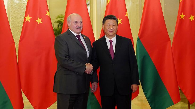 Лукашенко подарил Си Цзиньпину скульптуру аиста и корзину продуктов