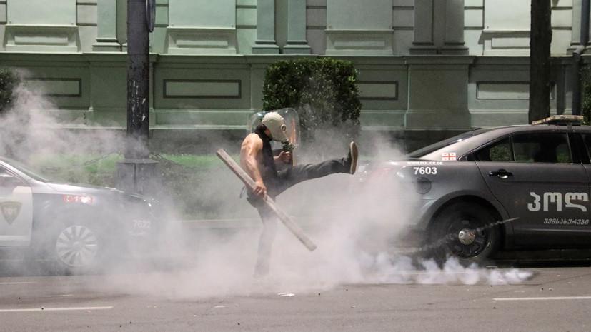 В Кремле назвали русофобской провокацией происходящее в Тбилиси