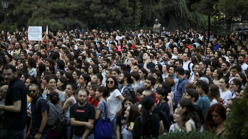 СМИ сообщили о стычке между демонстрантами и оппозиционерами в Тбилиси