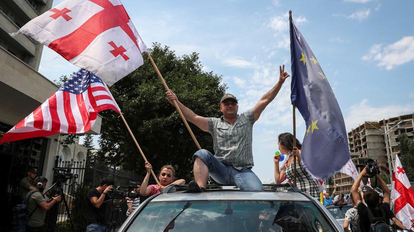 Митингующие проводят массовое шествие в Тбилиси