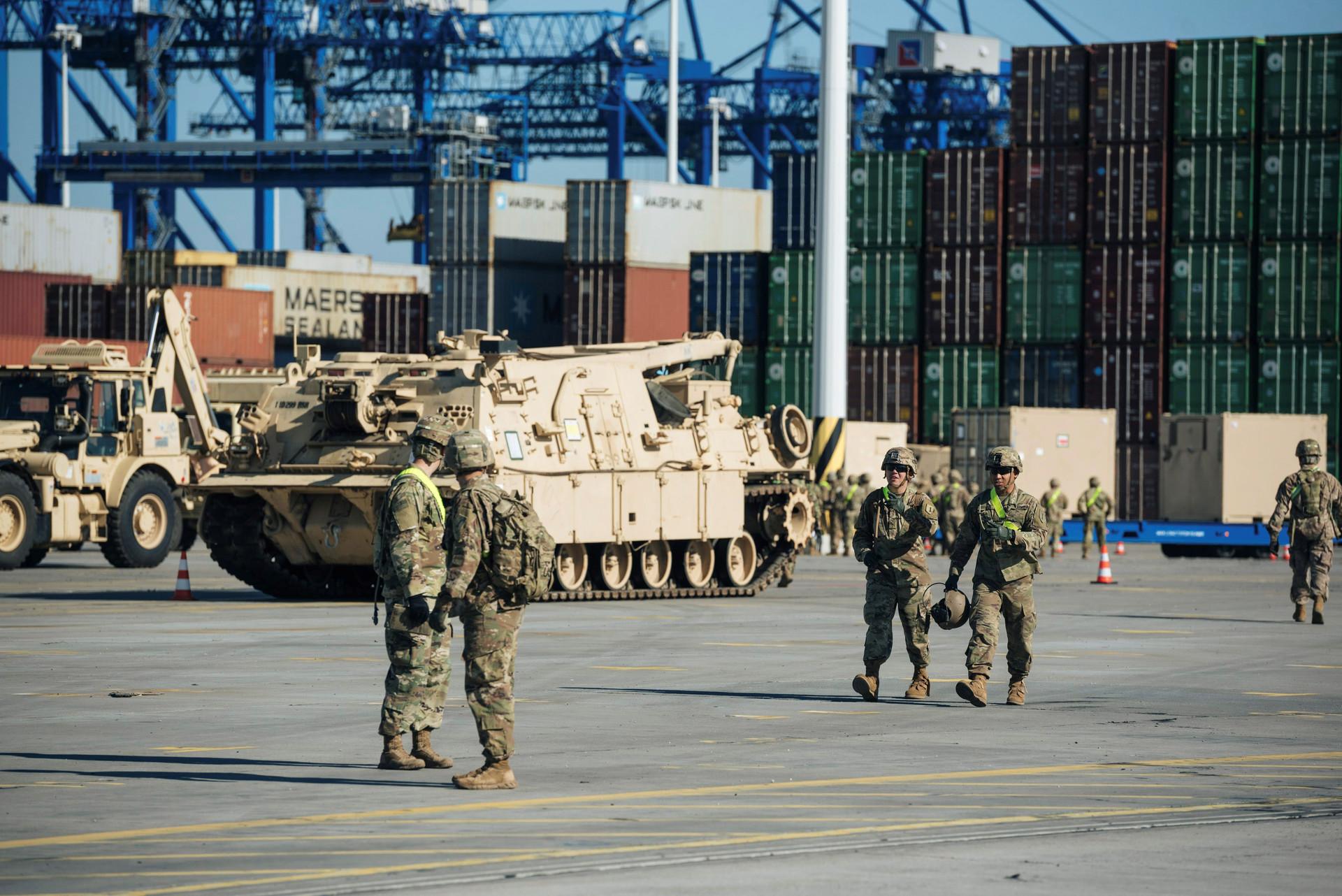 Военнослужащие армии США в порту Гданьска                     Reuters