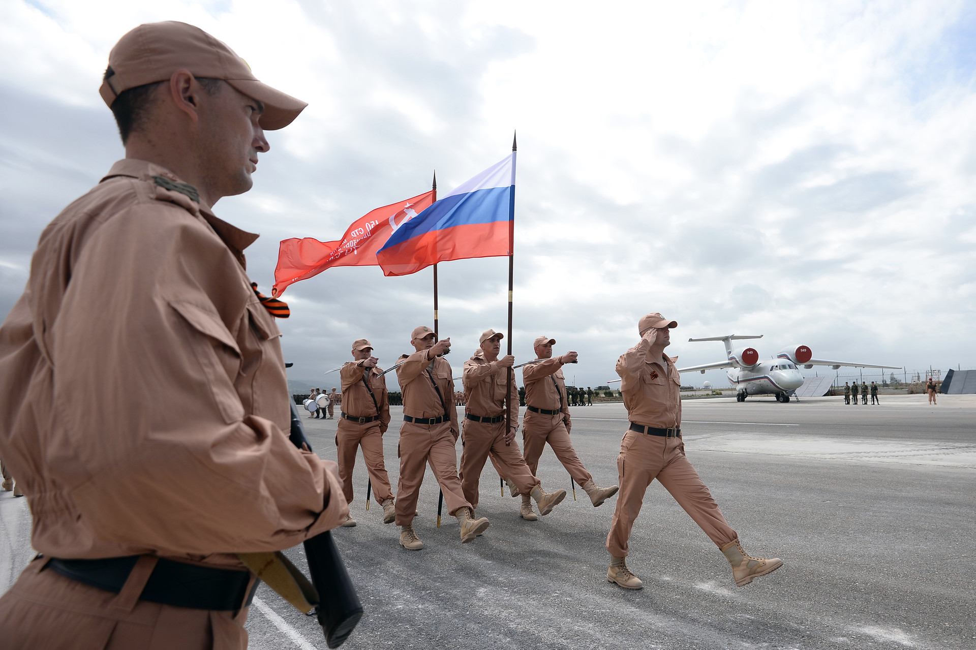 Военнослужащие на репетиции военного парада на авиабазе Хмеймим в Сирии © Максим Блинов / РИА Новости