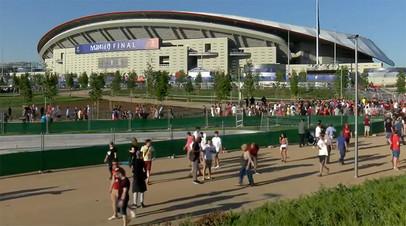 Болельщики «Ливерпуля» и «Тоттенхэма» прибывают на стадион перед финалом Лиги чемпионов