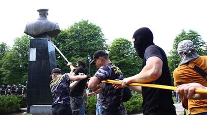 Представители националистических организаций пытаются повалить бюст маршала Георгия Жукова в Харькове возле Дворца спорта