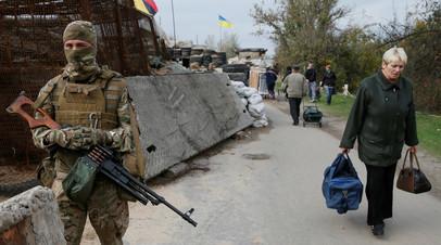 Украинский военнослужащий у пункта пропуска «Станица Луганская»