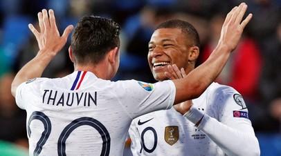 Футболисты сборной Франции Флорьян Товен и Килиан Мбаппе