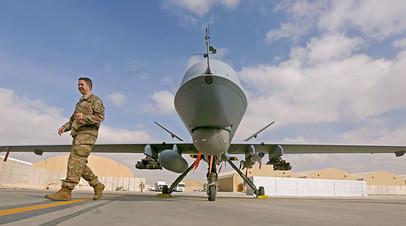 Военнослужащий США и беспилотник MQ-9 Reaper