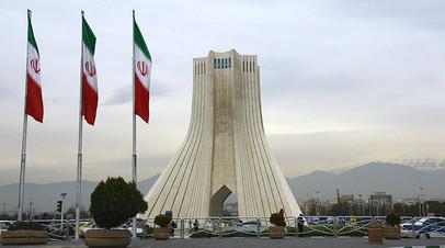 Башня Азади, построенная на одноимённой площади в Тегеране