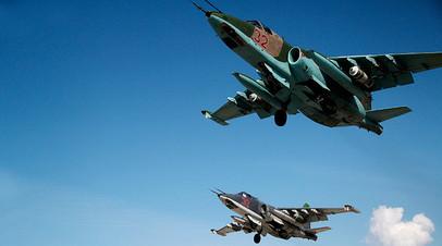 Российские штурмовики Су-25 взлетают с авиабазы в Сирии