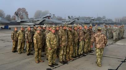 Американские и украинские солдаты на авиабазе во время учений. Архивное фото