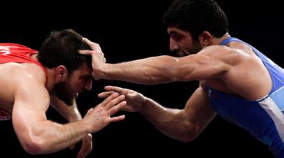 Али Шабанов (Белоруссия) и Даурен Куруглиев (Россия) в финальном поединке соревнований по вольной борьбе
