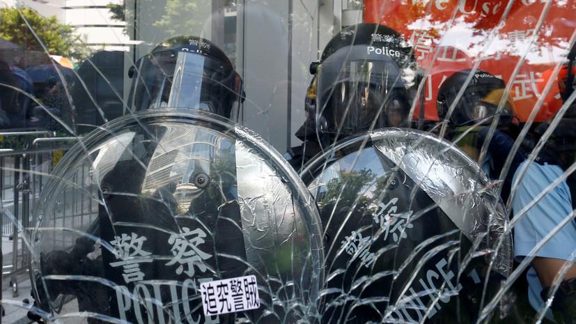 Полиция Гонконга призвала протестующих прекратить нарушения