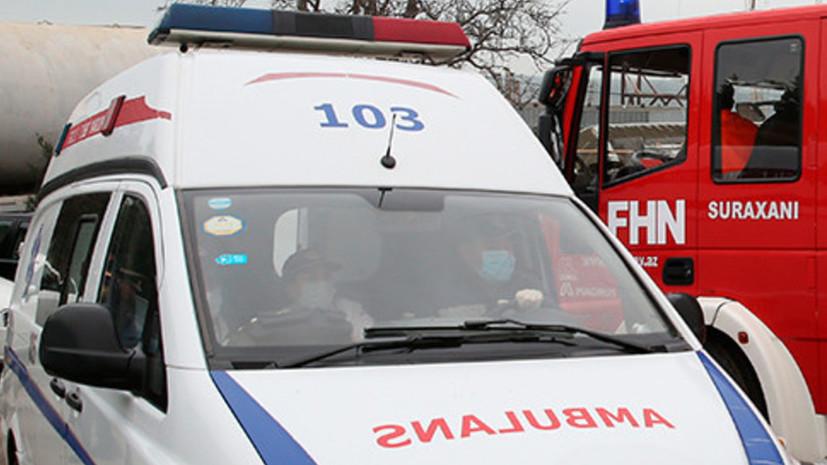 Двое россиян пострадали при падении ветки во Дворце шекинских ханов