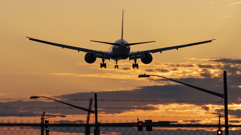 Летевший в Москву самолёт совершил экстренную посадку в Риге