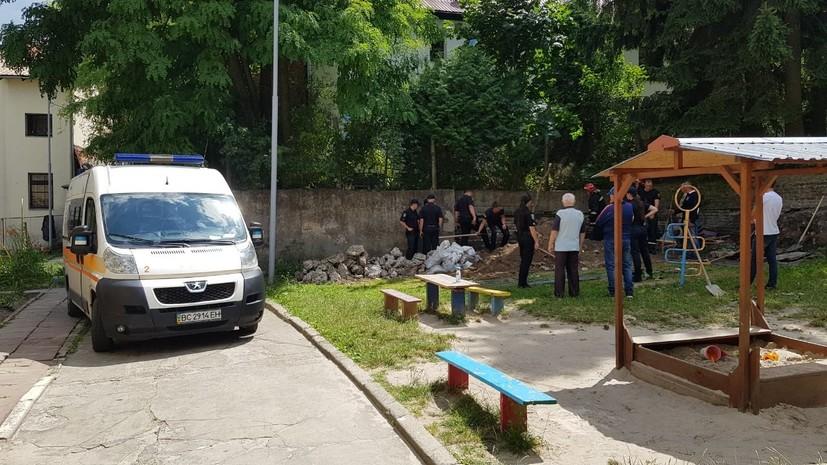 В результате обвала стены на территории детсада во Львове погиб человек