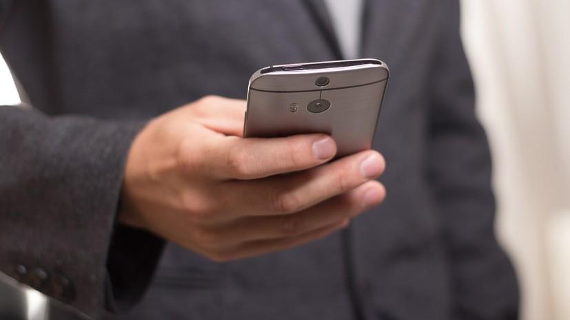 В АРБ объяснили предложение запретить банковским служащим пользоваться смартфонами на работе