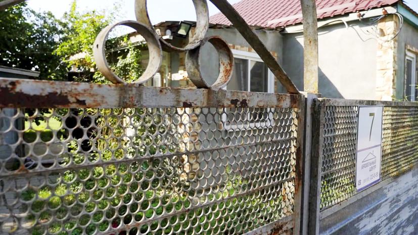 «Спал в сарае»: родственники и соседи рассказали об условиях жизни сидевшего на цепи мальчика