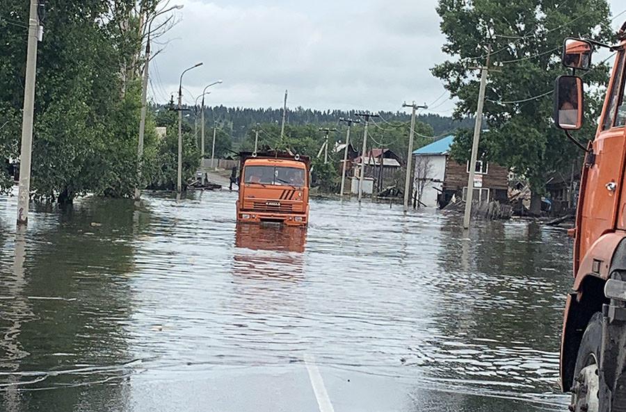 Вода уже отступает, но многие дороги в Тулуне по-прежнему похожи на реки