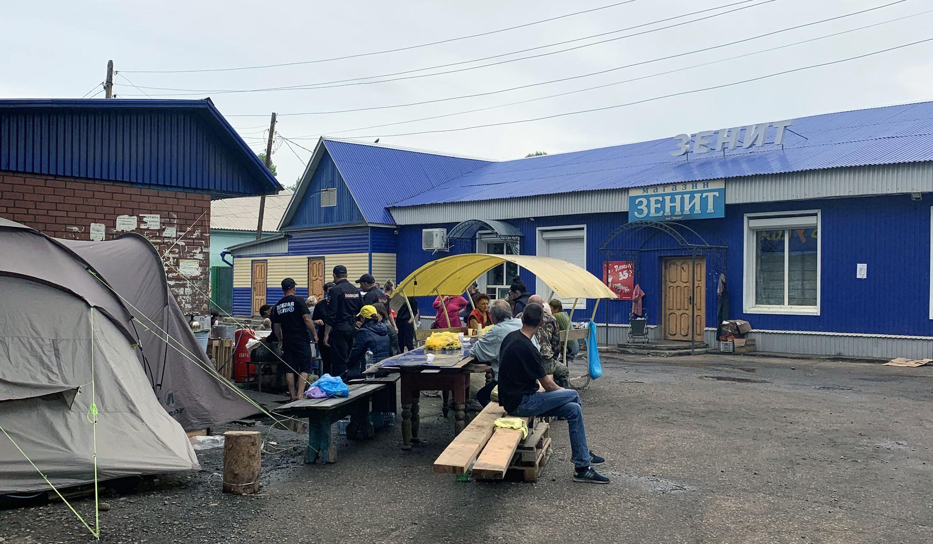 Одно из мест раздачи гуманитарной помощи и горячей пищи в Тулуне