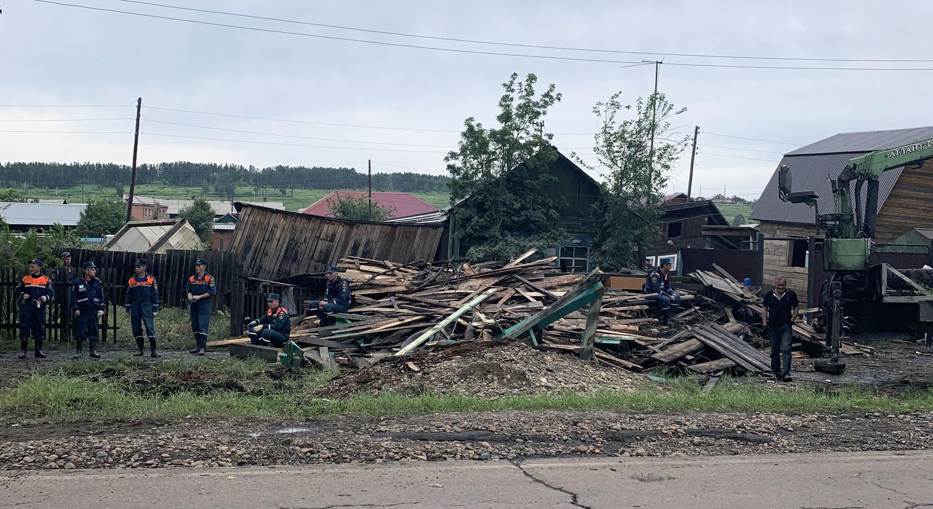 Сотрудники МЧС разбирают разрушенные дома в Тулуне