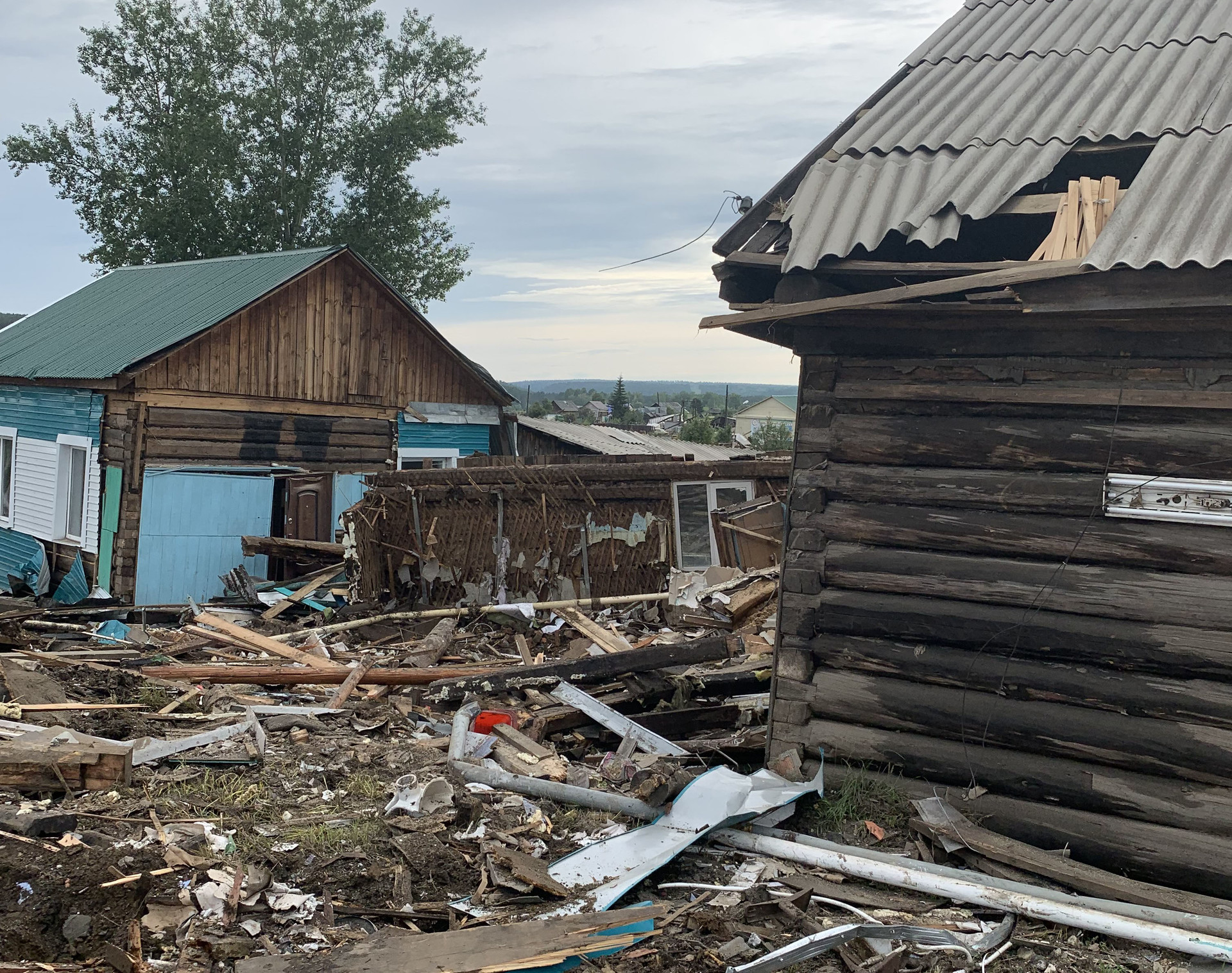 В Тулуне и окрестностях встречаются такие странности: из ряда домов унесло стихией только некоторые, остальные стоят на своих местах