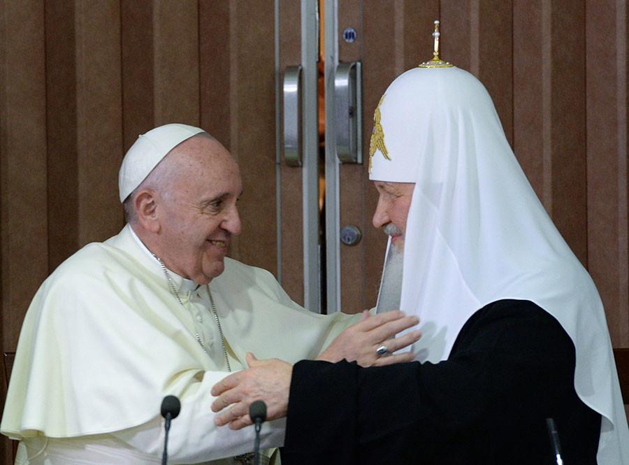 Патриарх Московский и всея Руси Кирилл (справа) и папа Римский Франциск после подписания совместной декларации по итогам встречи в Гаване