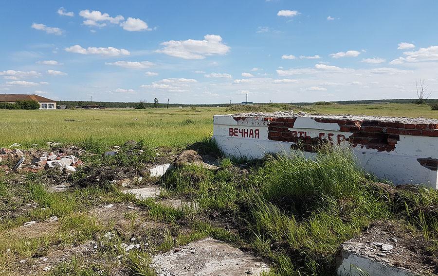•Разрушенный военный мемориал в деревне-призраке Муслюмово
