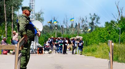 Военнослужащий ЛНР в районе пропускного пункта «Станица Луганская»