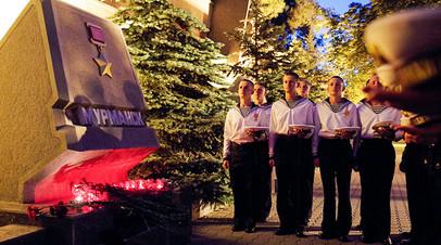 Моряки у стелы Мурманска на аллее городов-героев в Севастополе
