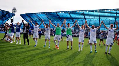 Игроки ФК «Оренбург» радуются победе в матче 30-го тура чемпионата России по футболу