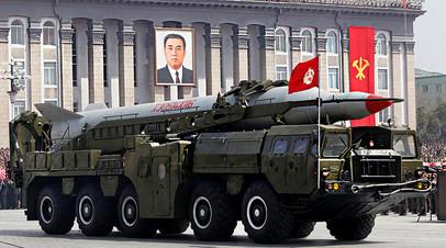 Северокорейская ракета во время военного парада в Пхеньяне