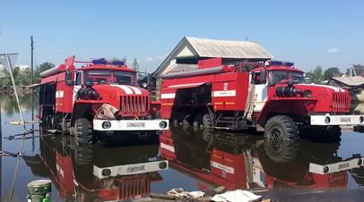 Автомобили противопожарной службы МЧС РФ откачивают воду в районе подтопления в городе Тулун Иркутской области