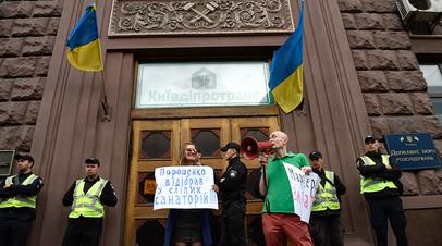 Сотрудники полиции и участники акции против экс-президента Украины Петра Порошенко у здания Государственного бюро расследований Украины, 17 июля 2019 года