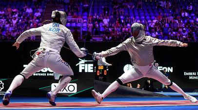 Поединок россиянина Константина Лоханова и корейца Ку Бон Гиля в индивидуальных соревнованиях на саблях