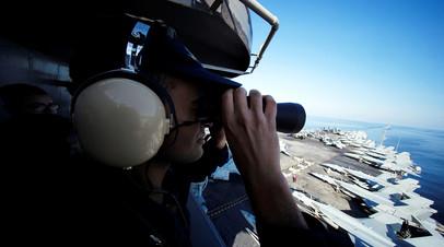 Архивное фото. Американский военный на борту авианосца в Ормузском проливе