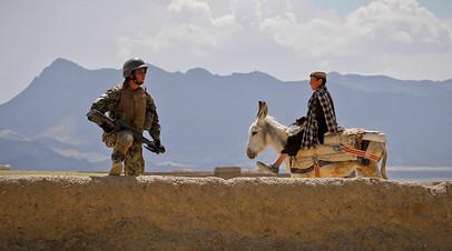 Солдат Афганской национальной армии во время совместного патрулирования с американскими военными