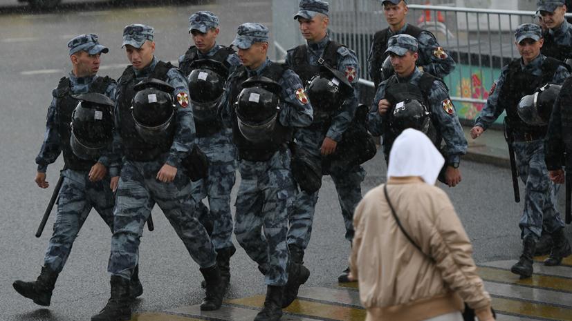 На несогласованной акции в центре Москвы задержали около 600 человек