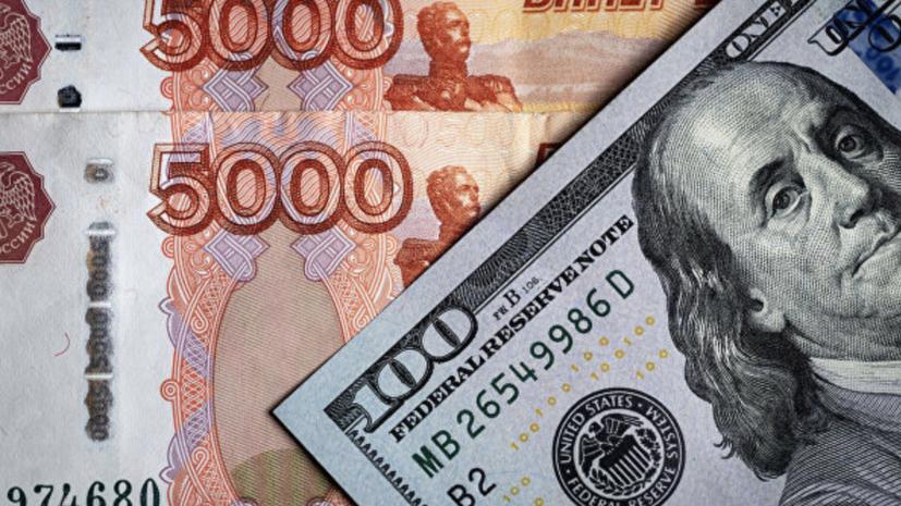 Рубль продолжает снижаться к доллару и евро