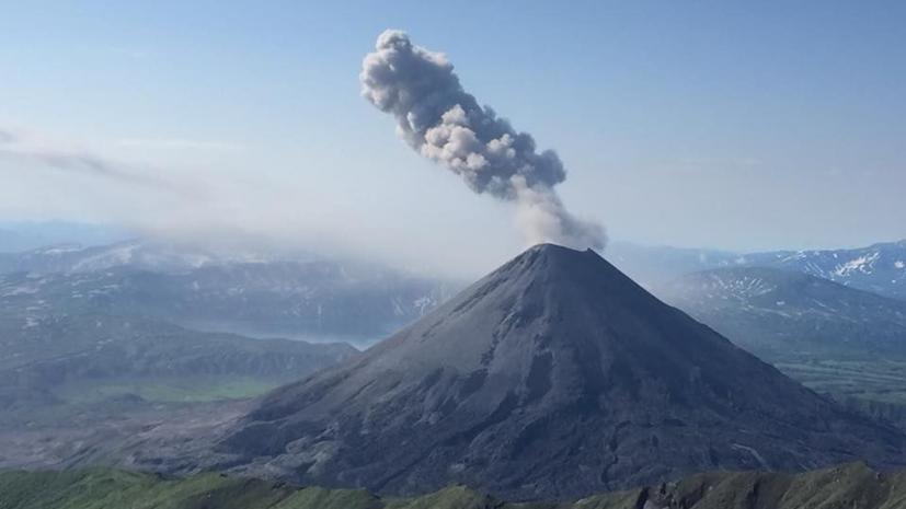 Вулкан на Камчатке выбросил столб пепла на 4,5 км