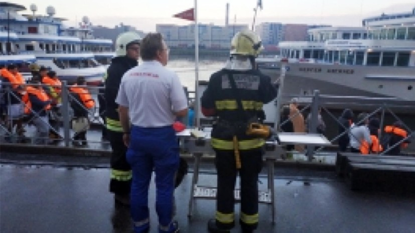 Один человек погиб при пожаре на теплоходе в Петербурге