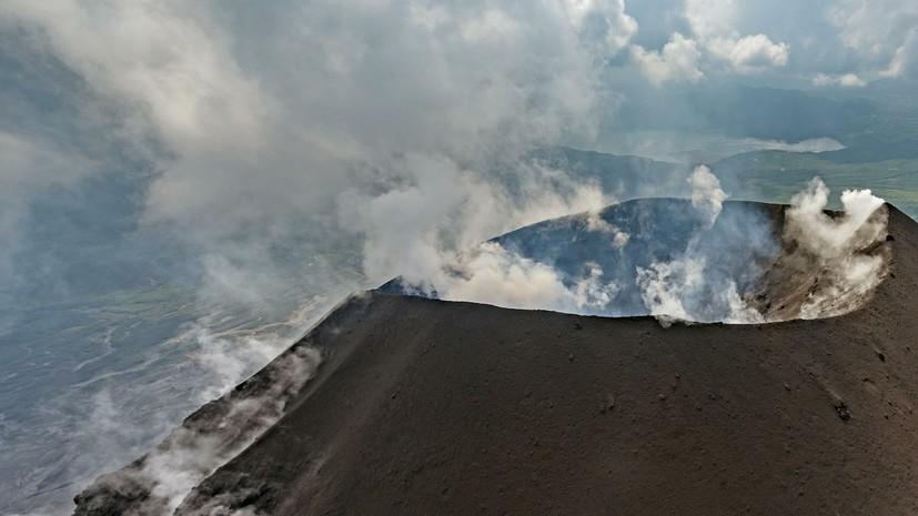 Вулкан на Камчатке выбросил столб пепла на высоту 5 км