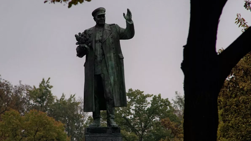 Посольство России осудило закрытие памятника Коневу брезентом в Праге