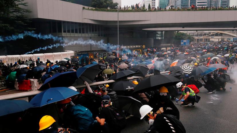 Полиция в Гонконге применила против демонстрантов цветную воду