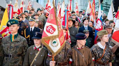 Граждане Польши в исторической форме во время мероприятий, посвящённых 75-летию Варшавского восстания