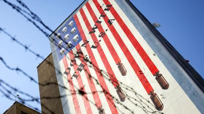 Граффити на стене правительственного здания в Тегеране